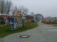 Mur Berliński - panorama na mur od strony rzeki