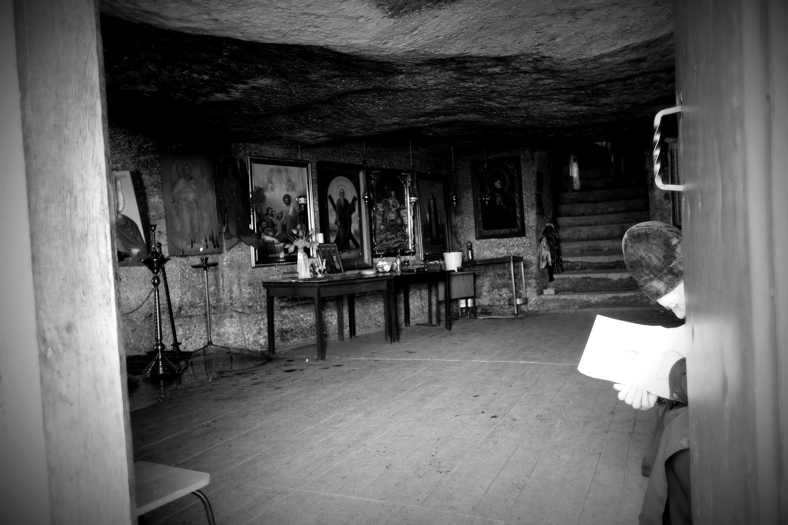 Mnich z monastyru Peştera zagłębiony w lekturze - Stare Orhei, Mołdawia
