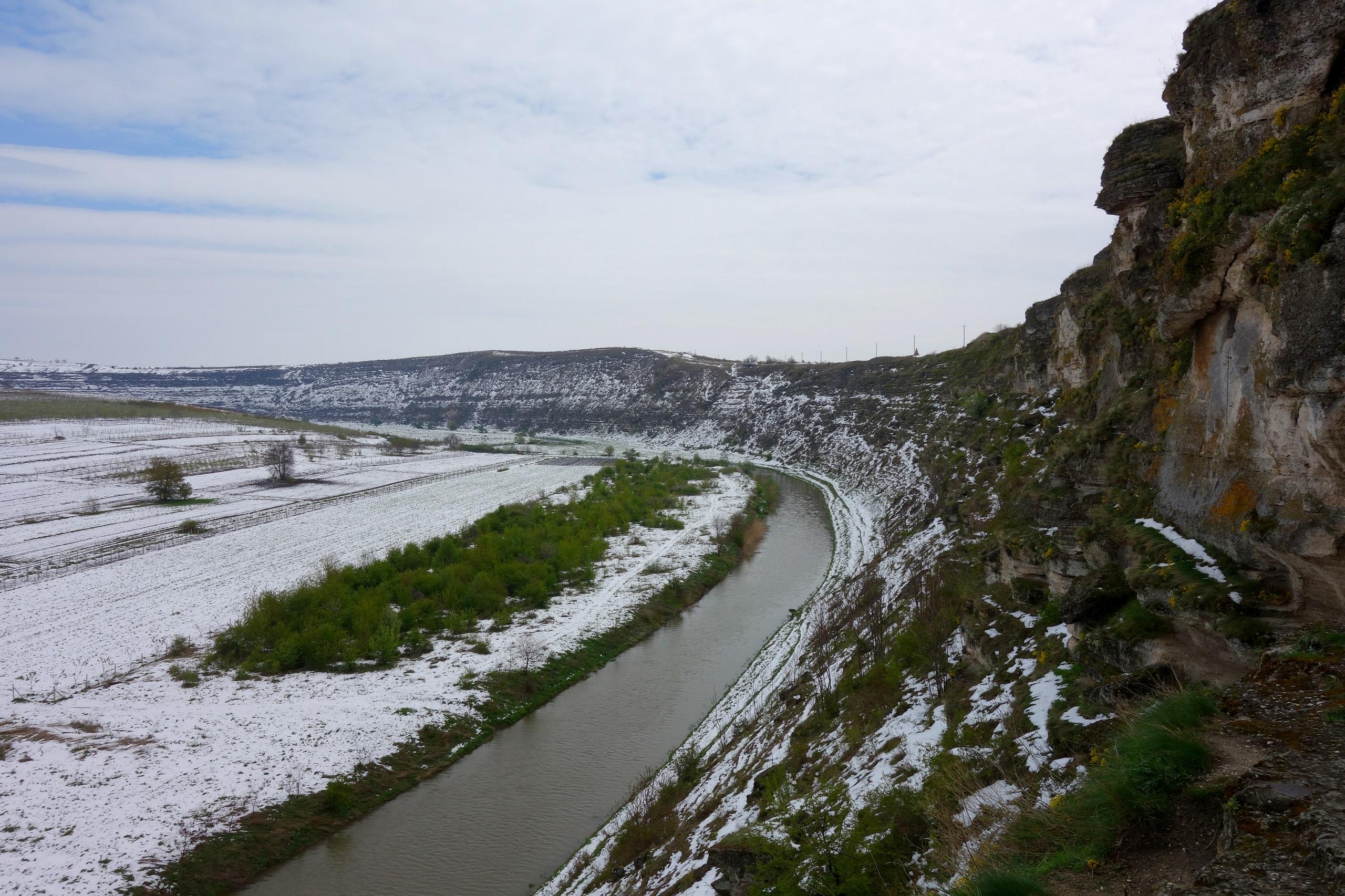 Stare Orhei - dolina otoczona górami, przez którą przepływa rzeka Răut