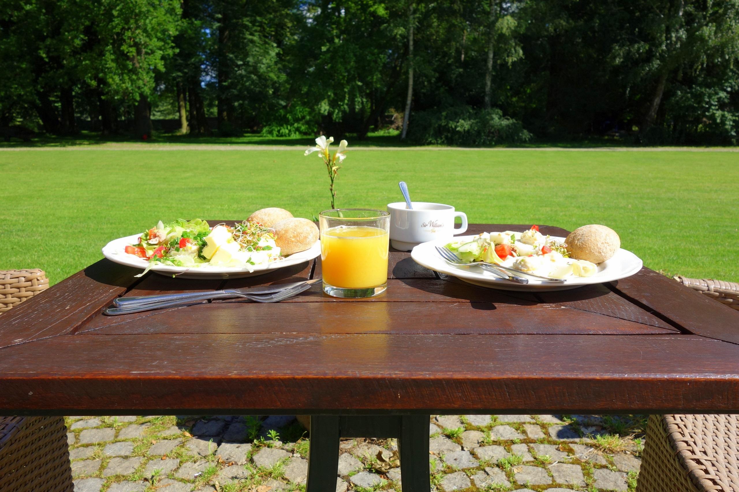 A może by tak zjeść śniadanie w zamkowym parku? - Zamek na Skale