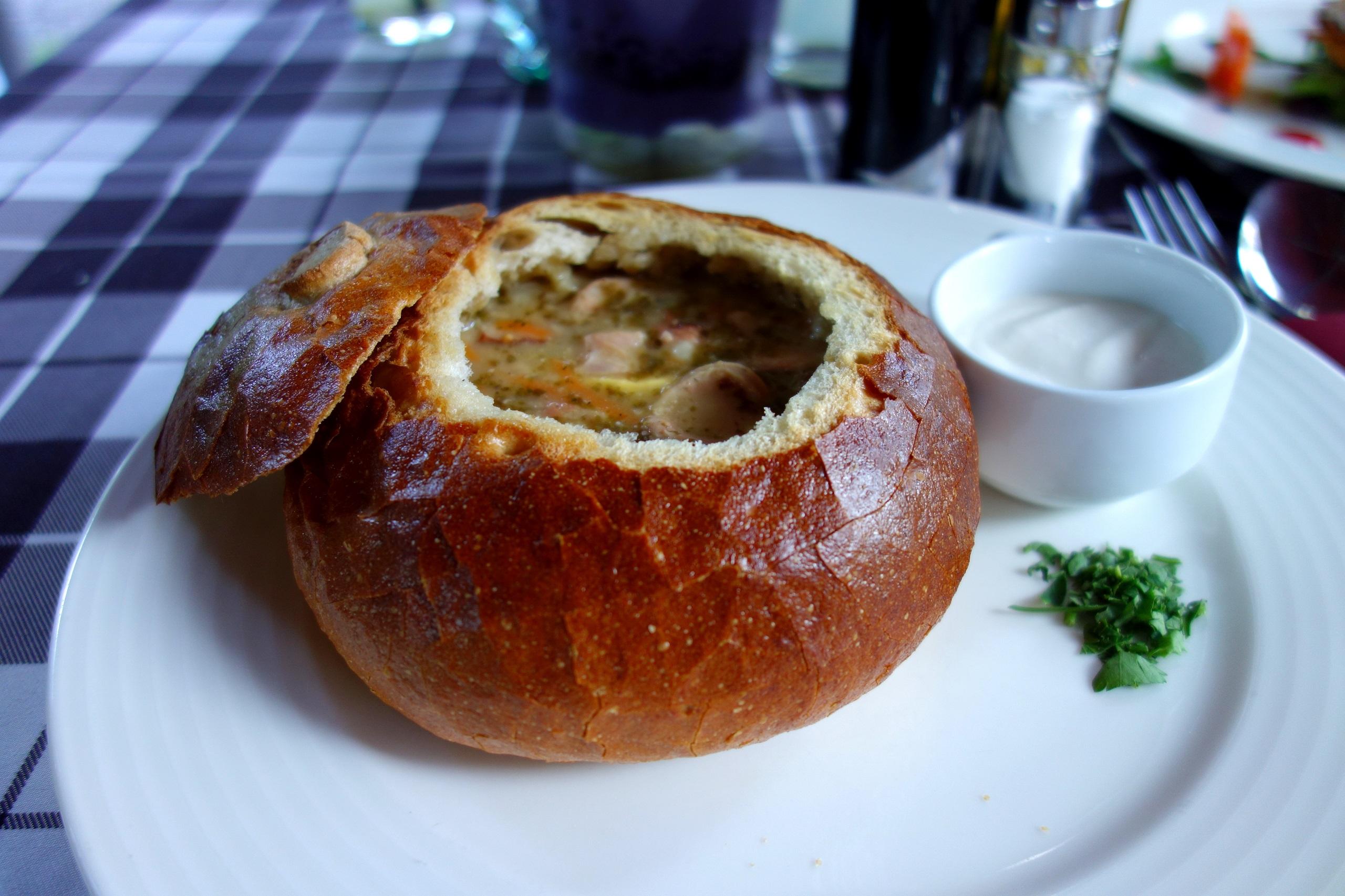 Żurek na zakwasie podany w chlebie - Hotel Dębowy