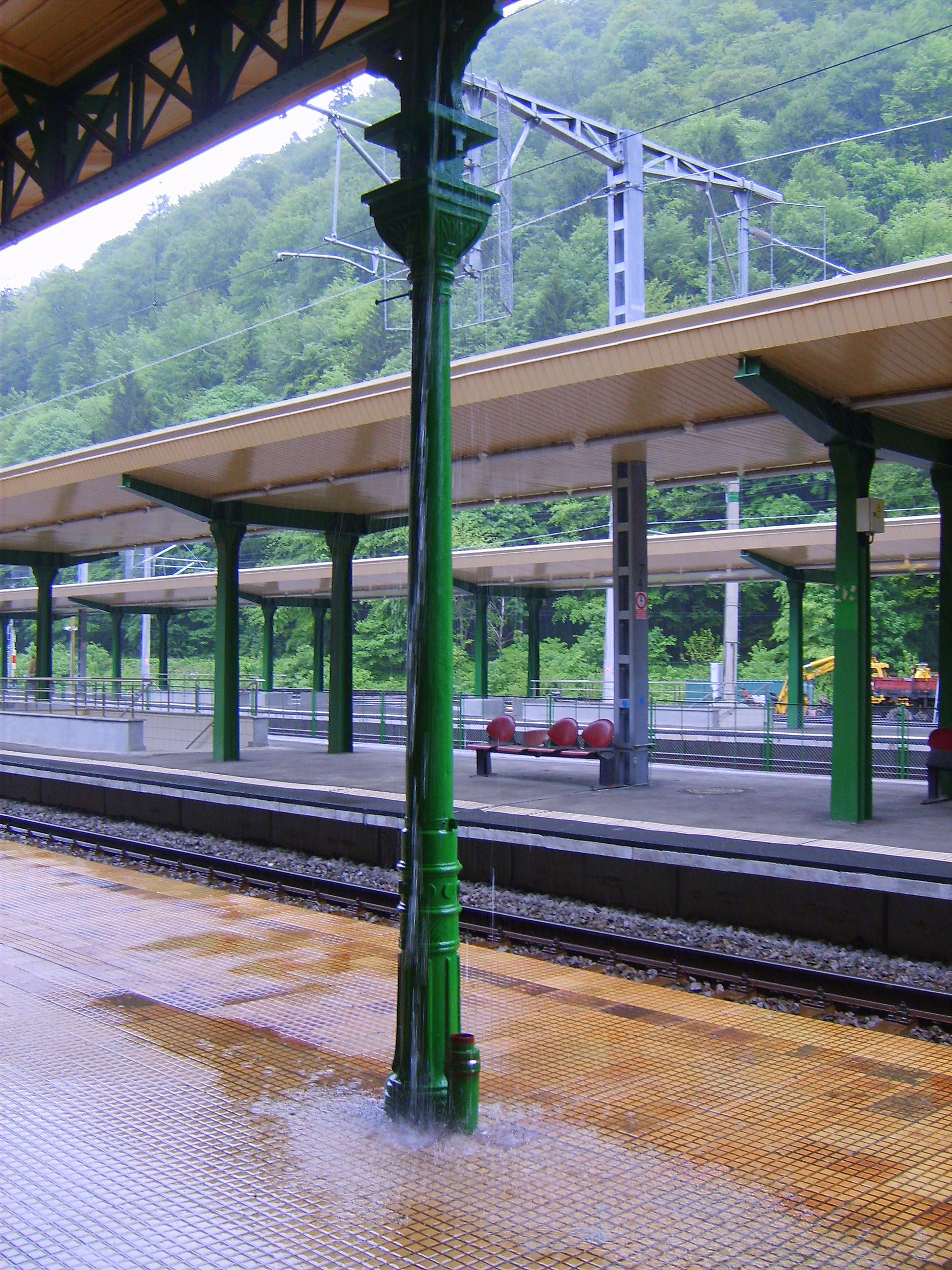 Dworzec w Sinai w deszczu - Rumunia