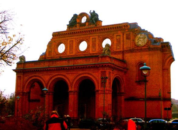 Pozostałość portalu Starego Dworca w Berlinie