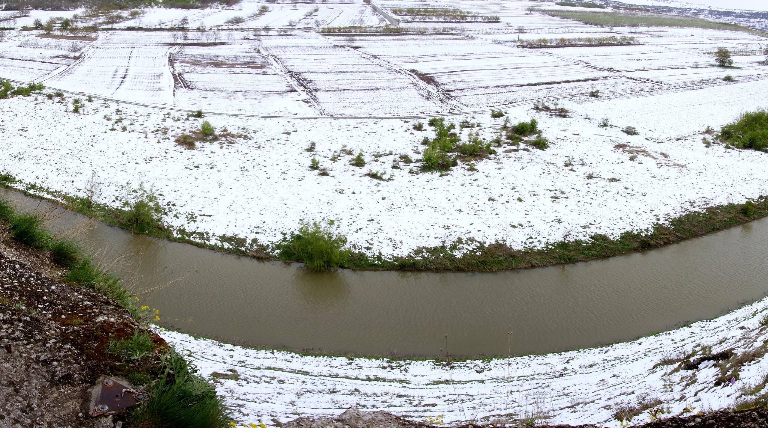 Widok na rzekę z półki skalnej monastyru Pestera, Mołdawia