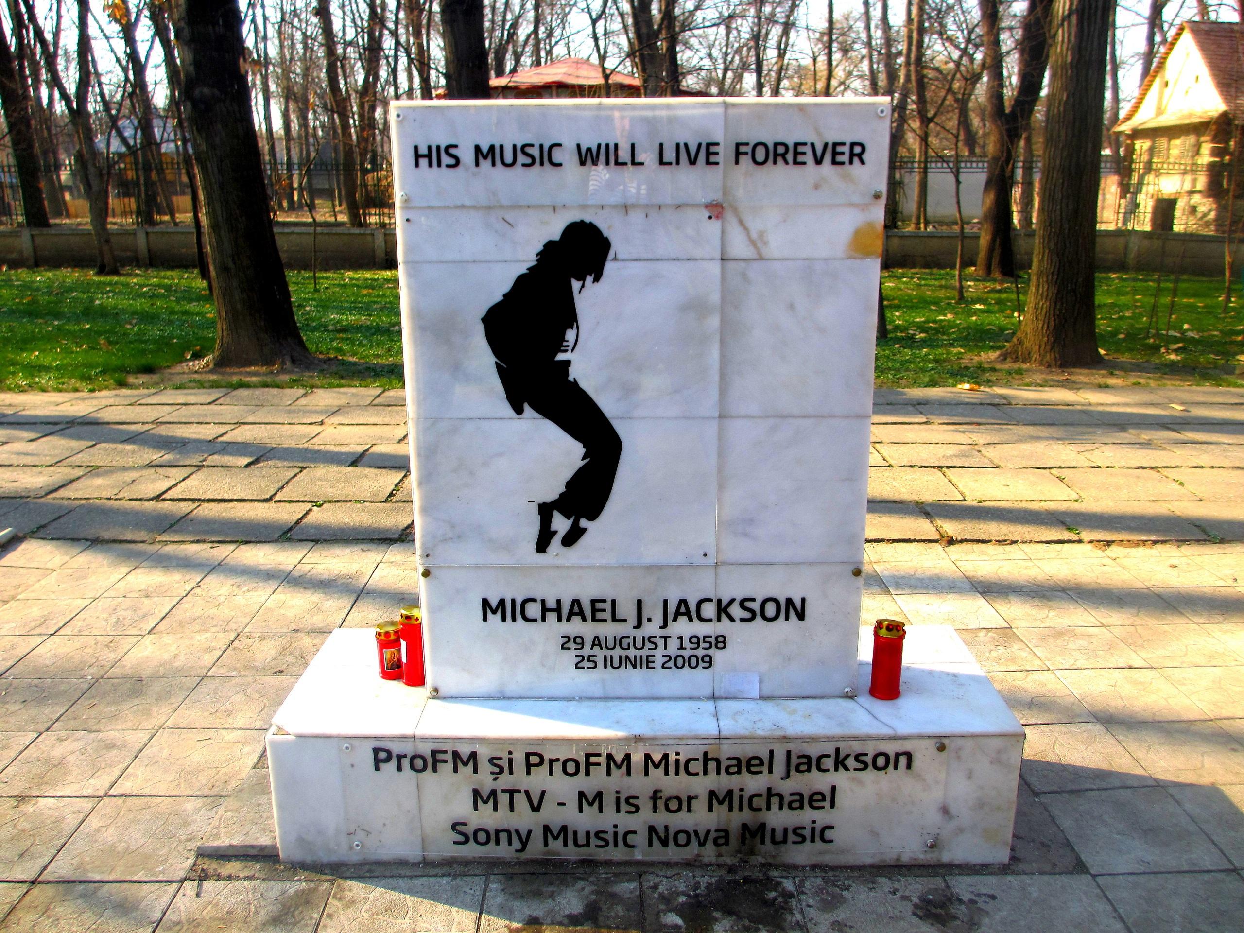 Stary pomnik na cześć Michaela Jacksona w Parku Herăstrău