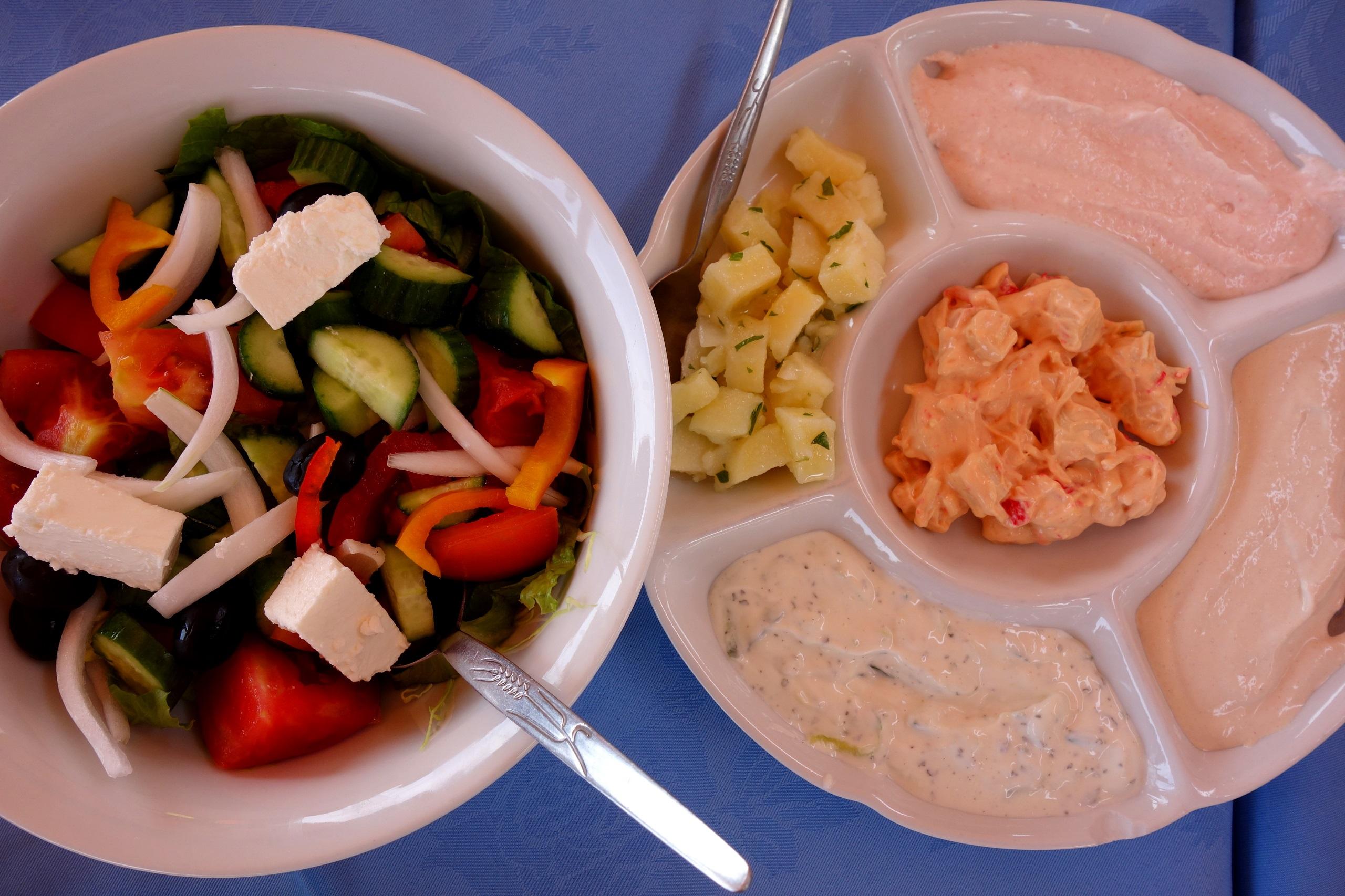 Sałatka farmerska i różne rodzaje sosów - Kuchnia cypryjska
