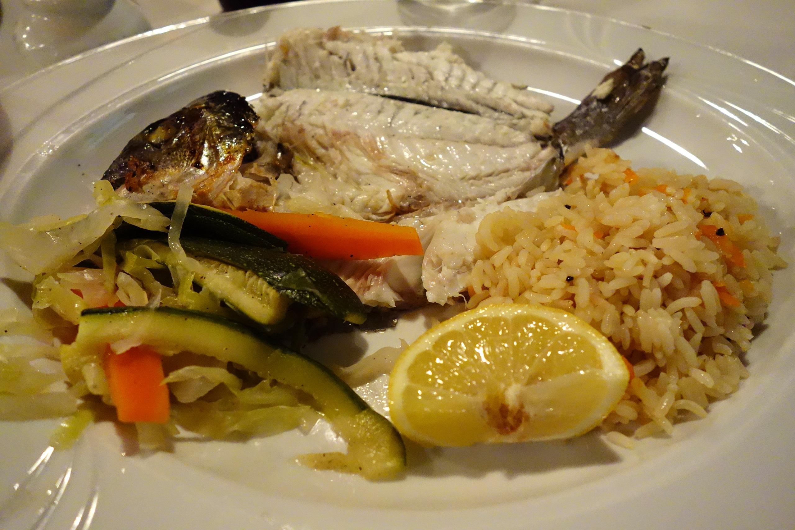 Kuchnia cypryjska - okoń morski z ryżem i warzywami