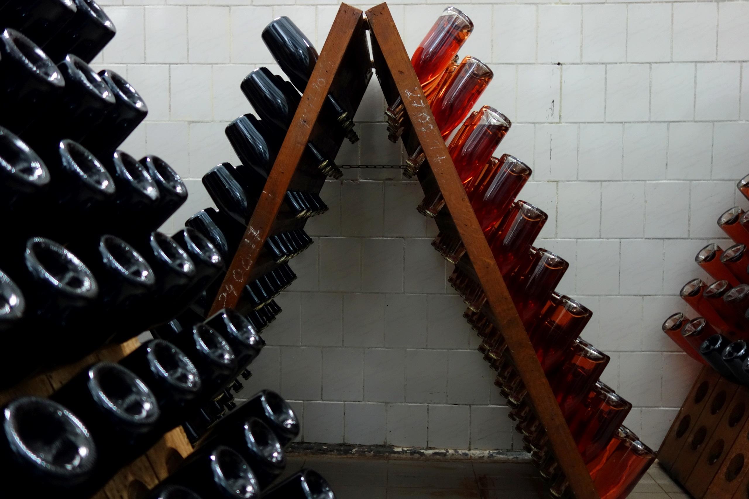 Chateau Vartely - Remuage, czyli ręczne obracanie butelek w drewnianych pulpitach