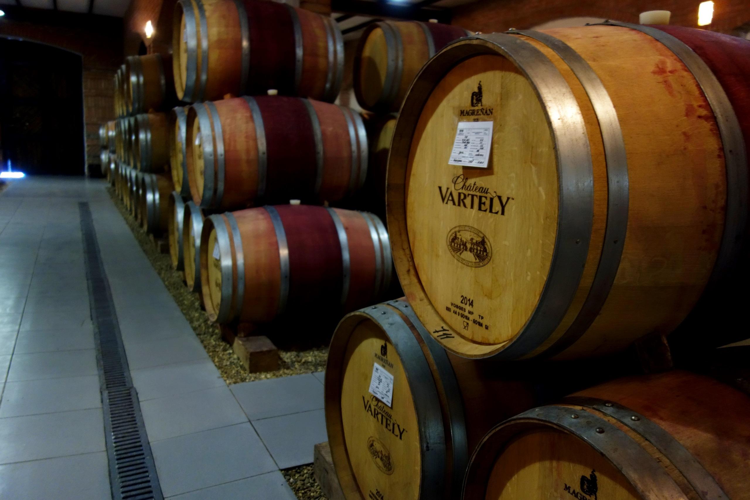 Chardonnay Taraboste dojrzewa właśnie tutaj - piwnica Chateau Vartely