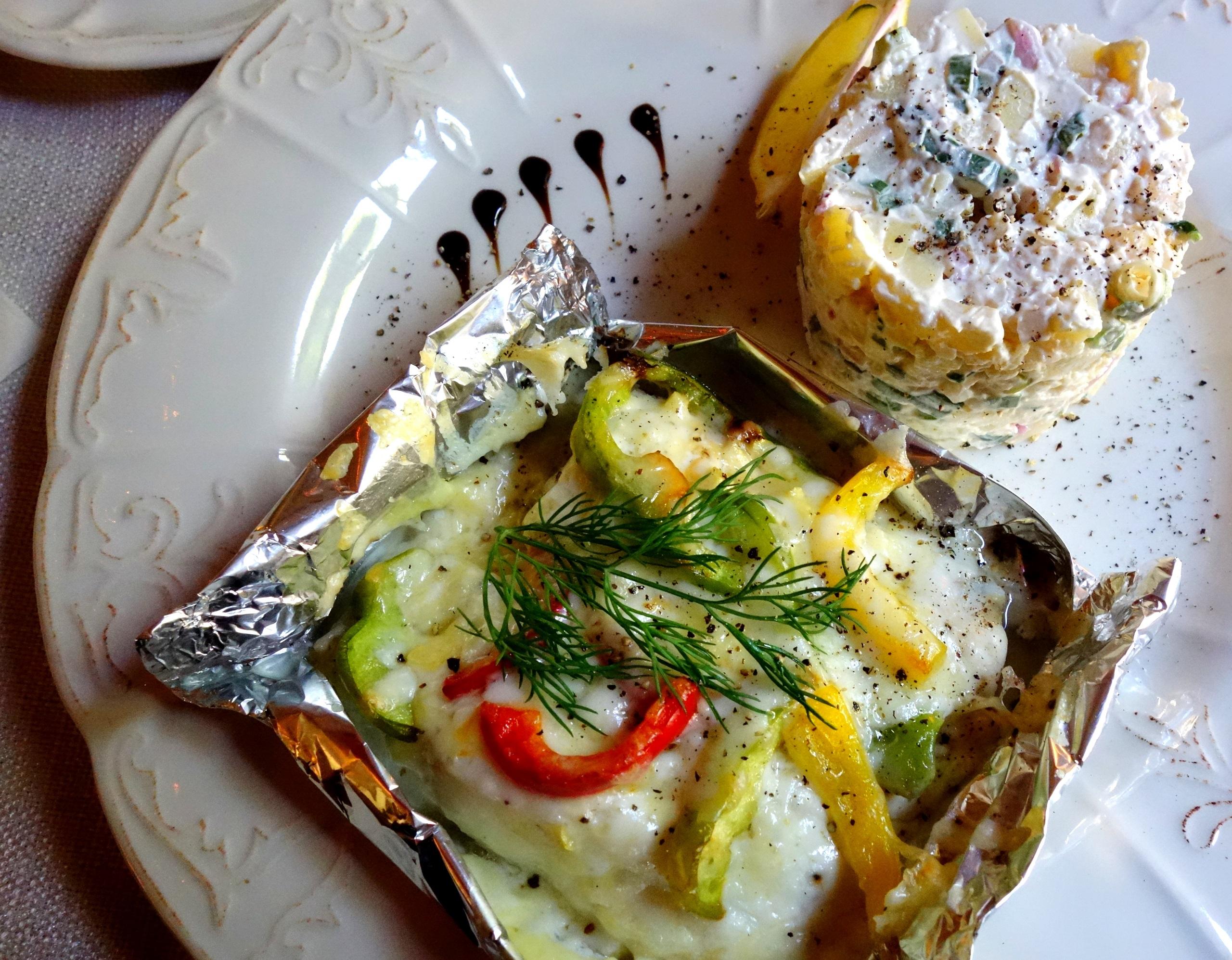 Gościniec Zamkowy - ryba zapiekana w serze z sałatką ziemniaczaną