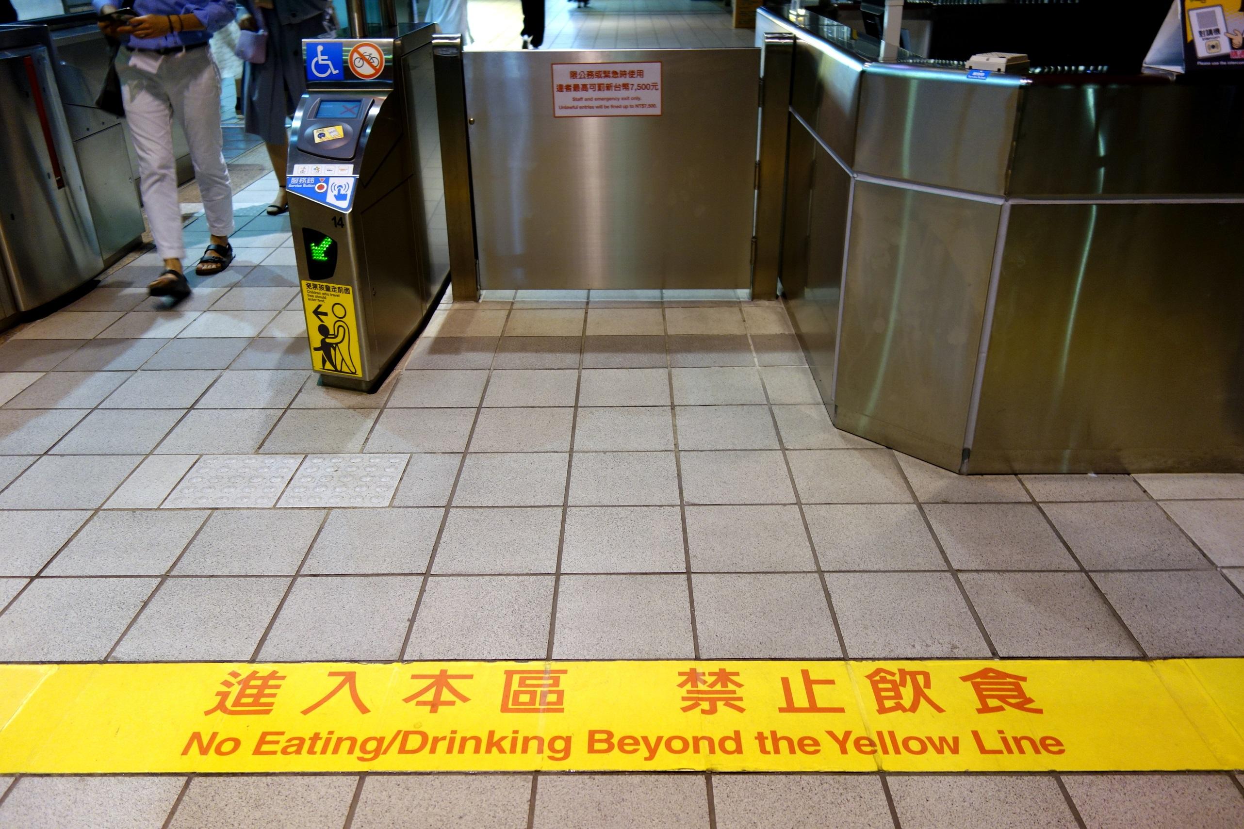 Za tą linią nie można jeść ani pić w metrze - Tajwan