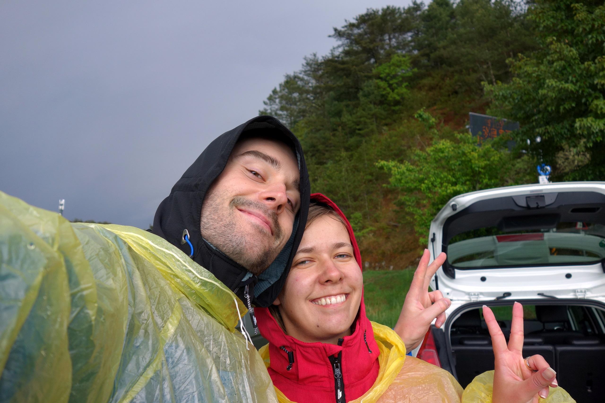 Zmęczeni, ale szczęśliwi po zejściu z gór do samochodu - Tajwan