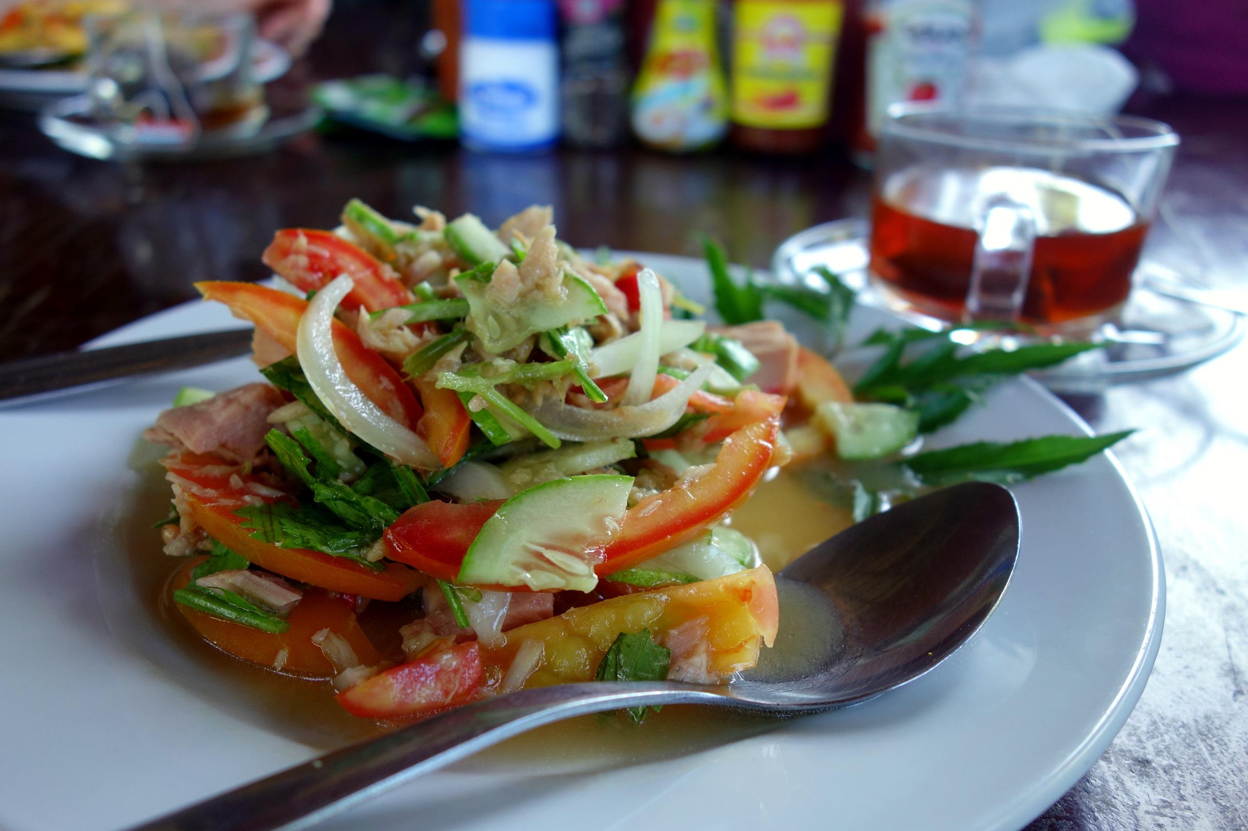 Sałatka z tuńczykiem - restauracja Friendly na wyspie Koh Jum - Tajlandia