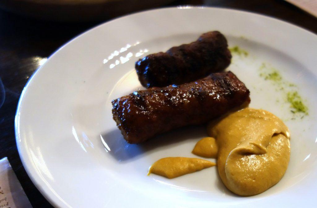 Mititei / Mici – rumuńskie podłużne grillowane kiełbaski