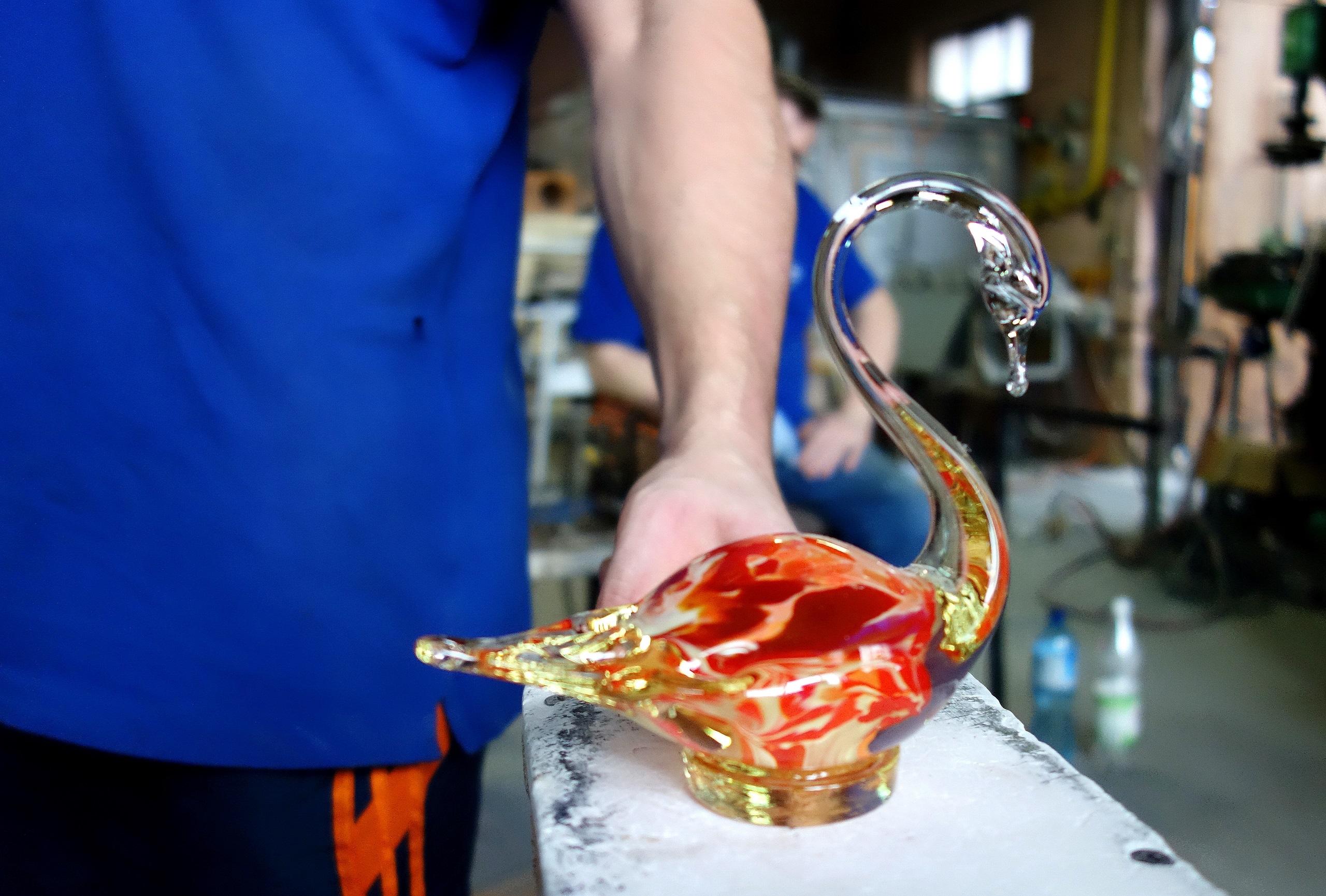 Szklany łabędź w Hucie Szkła w Olsztynku