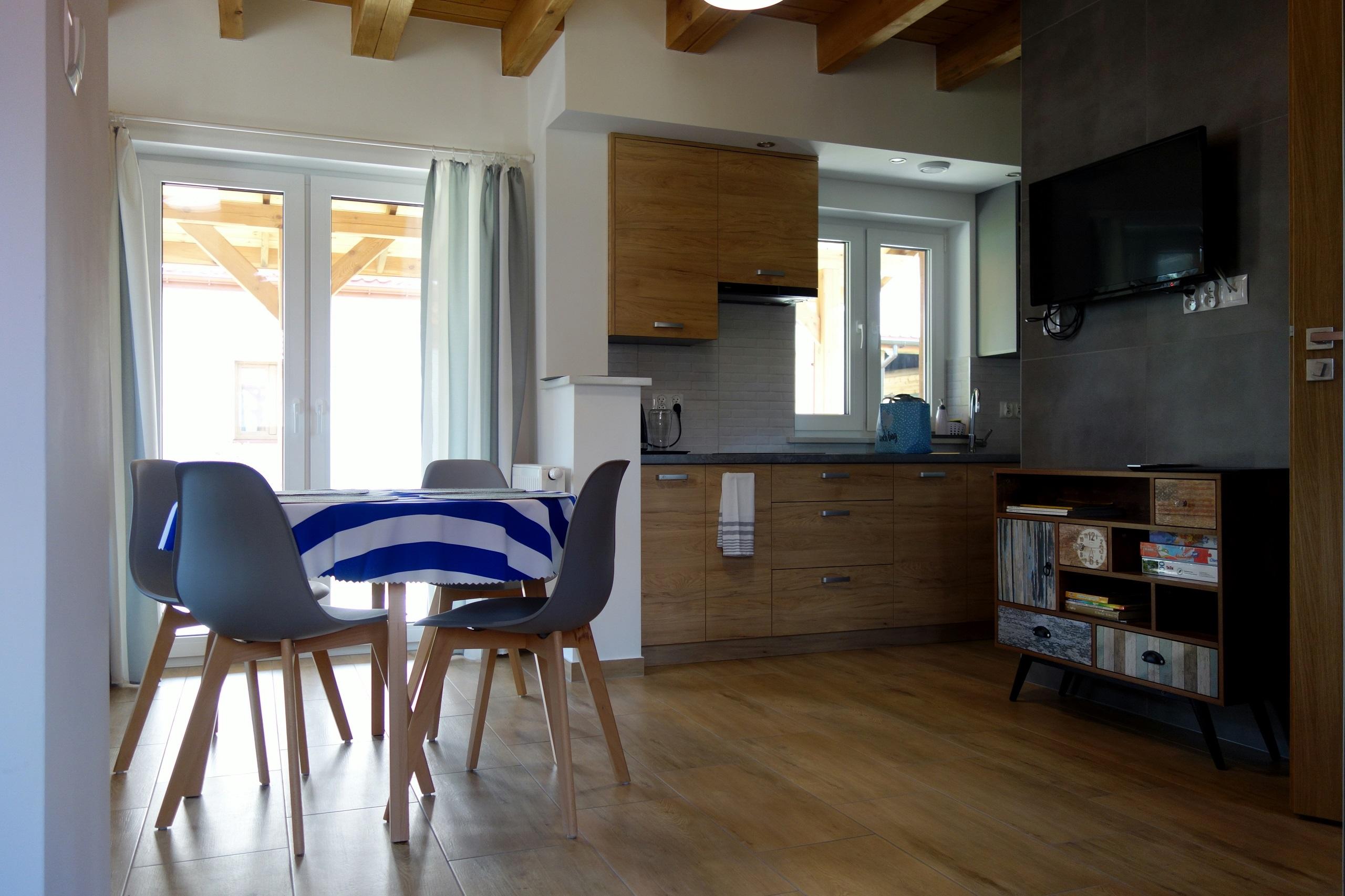 Świetnie wyposażona kuchnia w Przystanku Tykocinie - zdjęcie kuchni i salonu