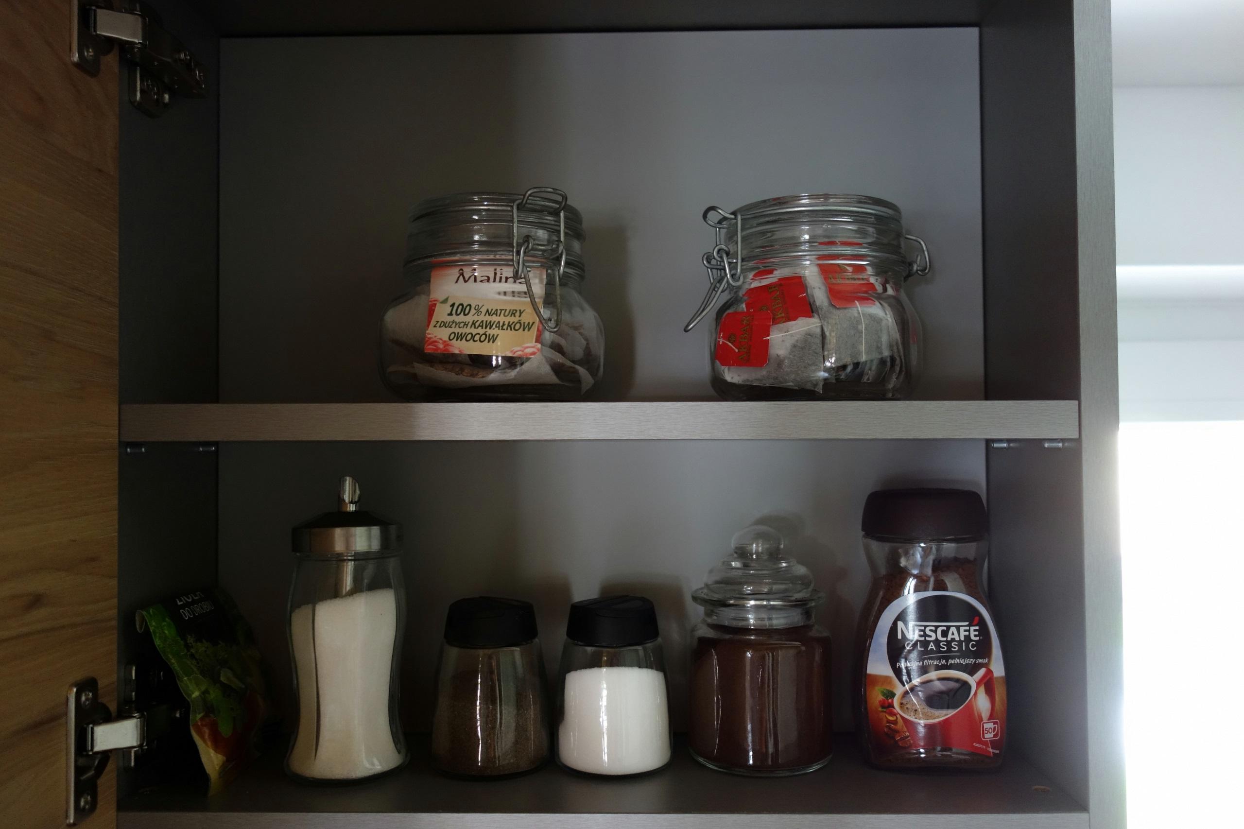 Kawa, herbata, sól, pieprz - wyposażenie kuchni w Przystanku Tykocin