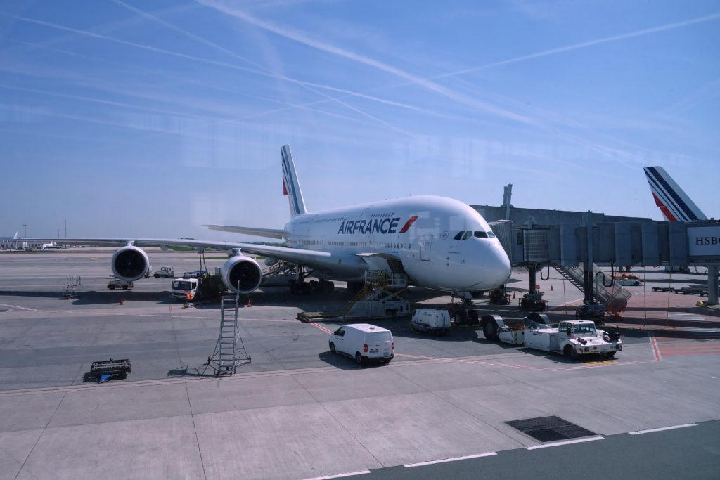 Samolot Airfrance na lotnisku - voucher na bilet to dobry pomysł na prezent dla podróżnika